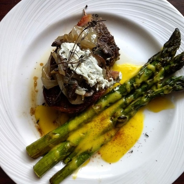 Bacon wrapped Sirloin with Asparagus and Hollandaise
